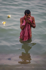 Purificacion (Nebelkuss) Tags: india asia uttarpradesh varanasi benarés rio river ganges ghats ritual fujixt1 nikon85f20 nikonaisprime
