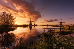 Surise in Kinderdijk (Caramad) Tags: agua sun luz reflejos sunrise canales nubes molinos sunstar denelshout amanecer holanda kinderdijk