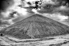Apocalypto (Angelo Petrozza) Tags: pyramid sun pirámide del sol messico mexico blackandwhite biancoenero bw america pentaxk20d angelopetrozza clouds nuvole