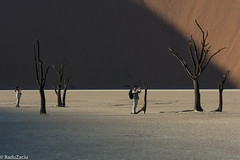 Photographer and Subject -4- (Cold Shutterhand) Tags: sesriem namibia sossusvlei deadvlei sossusdunelodge