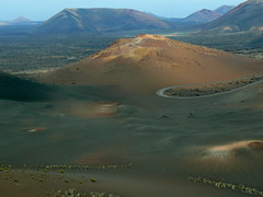 Paisaje con curva/Landscape with a curve (Joe Lomas) Tags: espaa spain lanzarote canarias desierto canaryislands vulcano islascanarias volcan timanfaya montaadefuego