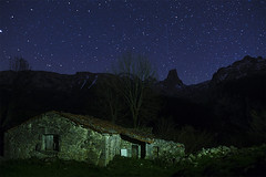 Invernales de Armandes II (Adolfo Mtez) Tags: stars nikon asturias estrellas nocturna cabaa picosdeeuropa d600 urriellu fugaz baa urrieles