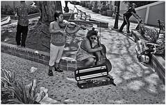 Artistas Callejeras (Street Artist) (Samy Collazo) Tags: street musician woman mujer kodak streetphotography 35 signet chelo streetphotographer musico fotocallejera arista fotografiaurbana streetcapture kodaksignet35 streephotography fotografiacallejera fotografiadecalle fotourbana aristapremium400 samycollazo silverefexpro2 kodakektar44mmf35