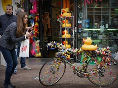 The Duck-bike (Iam Marjon Bleeker) Tags: holland amsterdam bike yellow duck sintantoniesbreestraat toerist bathduck adam153093g