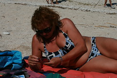 tintarella e relax (SergioBarbieri) Tags: uno abbronzatissima spiaggialibera tintarella cartedagioco sabbiabianca nonnagiuly relaxationandsunbathing
