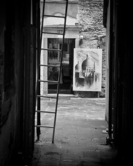 Venice (Simon Clare Photography) Tags: city travel venice urban blackandwhite bw italy white black monochrome contrast digital painting mono li photo blackwhite nikon europe mediterranean european foto fotografie photographie candid ska shades explore contract ng ho fotografia med tones fotografi  colourless fotografa fotografering larawan   ffotograffiaeth sary picha  diigital d40 consequat ljsmyndun fotoraflk fotograafia igbo fotografija valokuvaus sawir   fnykpezs fotografovn fotografana simonclare  fotografovanie pagkuha grianghrafadireacht simoncphotography  sclarephoto whakaahua  kujambula ftoyiya argazkilaritzac
