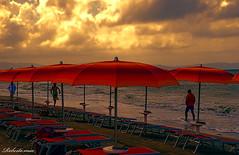 E LA CHIAMANO ESTATE..... QUESTA ESTATE... (Roberto.mac.) Tags: mare estate natura colori temporale nuvoloso brutta 70dcanon
