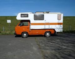 Schlafpritsche (QQ Vespa) Tags: vw volkswagen pritsche transporter pickup womo wohnmobil mobilhome t3 deich ditzum shadow ombre motorhome schatten streifen orange bus
