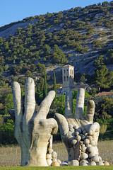 Beaumes-de-Venise (Vaucluse) : les mains du vigneron (bernarddelefosse) Tags: beaumesdevenise vaucluse provence cave vigneron rondpoint notredame daubune