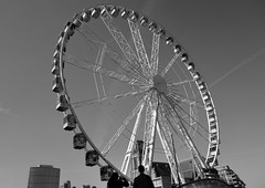Ferris wheel , Rotterdam (STEHOUWER AND RECIO) Tags: ferris wheel ferriswheel rad reuzenrad attraction tourist tourists pov photography bw blackandwhite rotterdam netherlands nederland holland tourism people man woman city stad urban