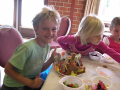"zomerspelen 2012 koekhuisjes maken • <a style=""font-size:0.8em;"" href=""http://www.flickr.com/photos/125345099@N08/14405959902/"" target=""_blank"">View on Flickr</a>"