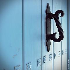 Puertas de Frigiliana: La Sinuosa / Doors of Frigiliana: The Sinuous (Miguel Puerta) Tags: mpuerta 2017 canon ef2470 frigiliana doorhandle door knob tirador pomo picaporte objects objetos things azul blue