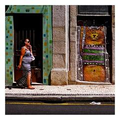 La passante et le chat (Marie Hacene) Tags: porto rue street streetart chat cat