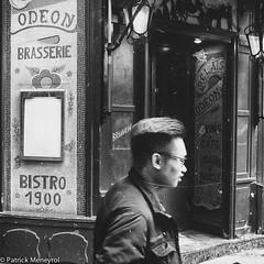 Odeon. Paris (pat 19) Tags: fuji x100 compactcamera street streetpic streetphoto noiretblanc rue streetscene danslarue photoderue blackandwhite bw monochrome people candid humanist paris odeon brasserie