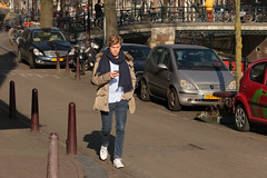 Prinsengracht - Amsterdam (Netherlands) (Meteorry) Tags: europe nederland netherlands holland paysbas noordholland amsterdam amsterdampeople candid centrum centre center gracht canal prinsengracht lauriergracht people homme male guy young casual street rue cute sneakers trainers baskets skets nike greenwheels jeans mercedesbenz amsterdammertjes sunny ensoleillée afternoon aprèsmidi dutch thirty february 2017 meteorry