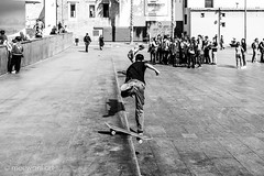 Board skating 0317123 (meriwaniart) Tags: young man losing balance skating board crowd people looking him barcelona march 2017 meriwani art photography streetphotography