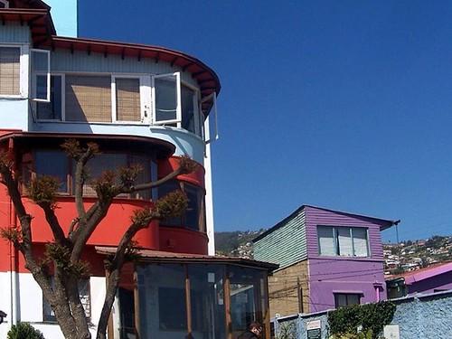 Culture in Valparaiso #natgeotravel #fineartphotography #architectureilike #artmagazine #folkcreative #travelgram #travelgram #travelstyle #travelphotography #bluesky #chile #chilegram #buildings #photographyjob #photographersofinstagram #casadepablonerud