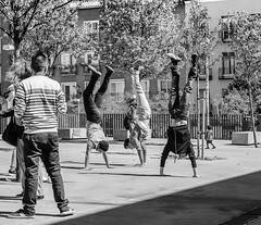 Al Reves (cmarga28) Tags: alreves chicos boys callejeros urbanos street spain madrid barrio españa bw monocroma photography nikon digital raw d750 divertido jugando calle ciudad city