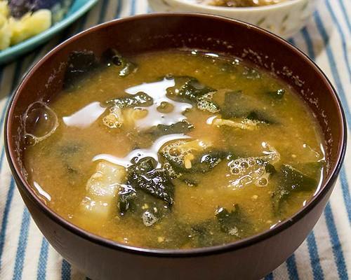 白菜とワカメの味噌汁