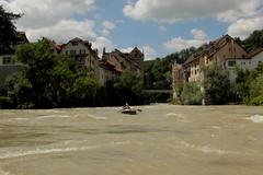 Schlauchboot Sevylor Super Caravelle XR86GTX ( Supercaravelle - Gummiboot )  auf der Aare ( Fluss - River ) mit Abflussmenge bei 700m3 in der Schlucht Brugg AG im Kanton Aargau in der Schweiz (chrchr_75) Tags: chriguhurnibluemailch christoph hurni schweiz suisse switzerland svizzera suissa swiss kantonaargau chrchr chrchr75 chrigu chriguhurni 1407 juli 2014 hurni140715 albumaare aare fluss river aar arole fiume rivire ro reka joki  landschaft landscape natur nature wasser water eau sveitsi sviss  zwitserland sveits szwajcaria sua suiza schwarzer turm brugg rmerturm wohnturm mittelalter sevylor schlauchboot gummiboot super caravelle supercaravelle xr86gtx juli2014