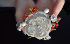 Senior Maiko White Plum blossom with red stamens: mini maiko series in habutae on comb. (Bright Wish Kanzashi) Tags: minimaiko white ume plumblossom habutae silk accessory handmade kanzashi spring hanakanzashi tsumamikanzashi hanatsukuri supportartists 梅 bridalhair etsygifts tsumamizaiku 手作り コーム ハンドメイド 簪 seasonalmotif customorderswelcome 結婚式用 正絹 伝統工芸 髪飾り 羽二重 つまみ細工