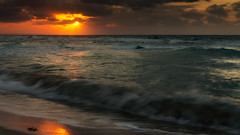 Atardecer (Carpetovetón) Tags: agua atardecer anochecer mar marcaribe marina nubes sol olas sonynex5n costa caribe espuma longexposure largaexposición oleaje varadero cuba landscape paisaje waves playa océano puestadesol