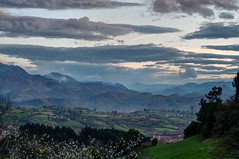 Vista desde el Naranco, después de atardecer (ccc.39) Tags: asturias oviedo naranco lejanía atardecer ocaso paisaje montes montañas árboles prados naturaleza nubes cielo
