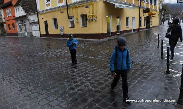 Iniciamos el paseo pertrechados para el frio de Brasov.