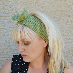 Handknit headband with a bow (snakeandrose / socksandmittens) Tags: headband headwrap headpiece earwarmers knitheadband knittedheadband socksandmittens woolacrylicblendyarn
