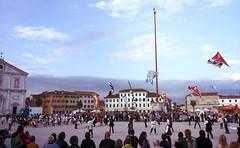 Tamburi e bandiere (Cristina Birri) Tags: clouds piazza duomo friuli bandiere udine sbandieratori palmanova piazzagrande tamburi stendardo