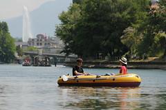 Schlauchboot ( Gummiboot ) auf der Rhne ( Fluss - River ) unterhalb von Genf mit dem Jet d`eau ( Springbrunnen ) im Hintergrund im Kanton Genf - Genve in der Schweiz (chrchr_75) Tags: chriguhurnibluemailch christoph hurni schweiz suisse switzerland svizzera suissa swiss chrchr chrchr75 chrigu chriguhurni hurni140603 juni 2014 albumrhone rhone rhne fluss river wasser water gummiboot gummiboote schlauchboot boot jolle dinghy boat jolla canot  sloep bote schlauchboote albumschlauchbootegummibooteunterwegsinderschweiz 1406 juni2014 albumrhne albumrhneflussriver albumverffentlichtefotos
