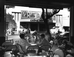 Raymond Depardon 1992 - Rạp Vinh Quang đường Pasteur (trước kia là rạp Casino Saigon) (manhhai) Tags: asiansoutheastasianorigin asiatiquedelasiedusudest cinéma cinemaindustry eating hochiminhcity hochiminhville imagetoosmall manger pavementcafe terrassedecafé urbanroute voieurbaine
