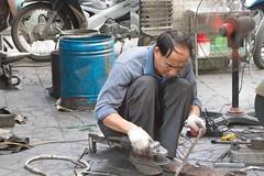 soudeur - HanoÏ - Vietnam (Christian Tessier) Tags: asie vietnam hanoï portrait christiantessier soudeur asiatique homme hommeseul artisanat