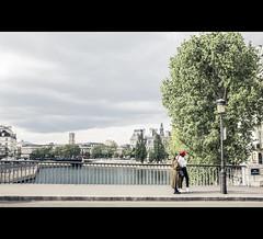 Pont Saint-Louis (Photo-LB) Tags: personnes streetphoto lumière paris pont pontsaintlouis fuji rouge st michel stmichel notredame quartiersaintgervais iledefance france idf fujix100t