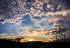 Soñé con agujeros blancos... (jocsdellum) Tags: cel cielo sky nubes núvols clouds capvespre atardecer sunset azul blau blue poesía poema poetry cuandocaelanoche quanesfafosc when sun goes down
