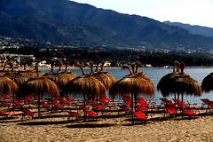 Hamacas rojas (camus agp) Tags: playas costa rojos mar mediterraneo españa sierra parasoles bahia vacaciones