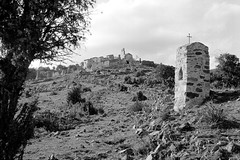 Comes : hameau abandonné (Jean-Michel Ravetllat) Tags: agfaapx100 comes eus 50mmzeisscsonnar d76 leicamp landscape analog film bw blackwhite selfdeveloped grain
