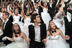 IDEGEN_2017_BethlenBál_2490 (emzepe) Tags: 2017 tél január 7 bethlen bál diákbál prom night ball ballroom hódmezővásárhely zrínyi utca kossuth tér fekete sas díszterem bálterem béke tánc táncol tácolnak dance danse tanz konfetti confetti belövés fellövés levegőbe csillogó scatter shiny spot kilövés