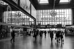 Nürnberger (Torsten Reimer) Tags: hauptbahnhof deutschland europa people germany munich windows bayern münchen reflektionen spiegelungen bavaria schwarzweis centralstation europe reflections blackandwhite de