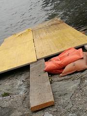 Tulln (Harald Reichmann) Tags: niederösterreich tulln stadt donaulände donau fluss wasser rampe baustelle sandsack installation alltagskunst