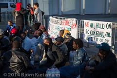 neuer-refugee-hungerstreik-4 (Björn Kietzmann) Tags: demo refugee refugees protest demonstration alexanderplatz bcc hausdeslehrers 2014 mahnwache dublin2 hungerstrike flüchtlinge verzweiflung abschiebungen hungern öffentlich verzweifelt asyl kietzmann protestieren grunerstrasse bleiberecht anerkennung hungerstreik grunerstrase björnkietzmann dublinii grunerstr dauermahnwache flüchtlingsprotest flüchtlingsproteste rechtaufasyl abschiebestopp
