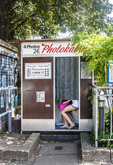 photokabine (Chiarix) Tags: pictures girls summer berlin germany photo fotografie estate legs cabina germ germania gambe selfie automatica berlino ragazze photokabine
