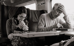 Contacto visual / Eye Contact (jfraile (OFF/ON slowly)) Tags: bw paris train tren y negro streetphotography tgv blanco jfraile javierfraile