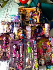 Birthday dolls! (gingersnaps-qlk) Tags: birthday rot home abbey monster high lab classroom von first wave freaky boo burns presents heath cleo rule deuce sirena ick fusions avea trotter ghouls hybrids scaris draculaura lagoonafire neighthan dracubecca