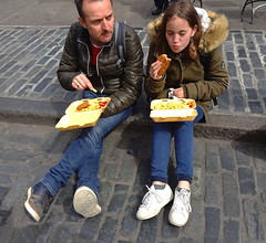 Lunching on the kerb (Snapshooter46) Tags: lunching snacking eating manandwoman couple kerb coventgarden london people relaxing