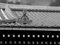 Roof lines (Tim Ravenscroft) Tags: roof tiles hondo tofukuji knot japan blackwhite monochrome