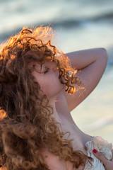 Baciata dal sole (LuxTDG) Tags: ritratto portrait primo piano closeup occhi see giovane ragazza young lady girl capelli ricci mossi curly hair raggi di sole sunbeams sun mare sea vento wind ora dorata golden hour tramonto sunset sorriso smile bambola doll charm topless nude naked