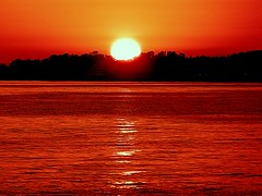 Un mar muy rojo. (camus agp) Tags: marmediterraneo costa reflejos cielo marbella españa rojos sol