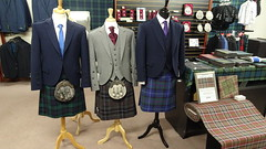 414 Kilts in Tourist-Info (Kleiderladen), Wick (roving_spirits) Tags: schottland scotland écosse escocia highlands scottishhighlands schottischeshochland