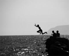 reckless (gicol) Tags: sea summer cliff beach rock kids contraluz fun mare estate diving playa verano backlit cipro spiaggia tuffo controluce chicos limassol ragazzi divertimento recreo baia scoglio episkopibay